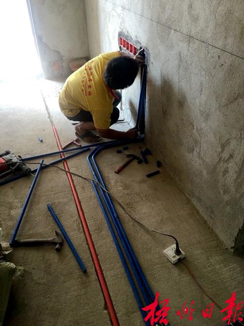 工人在电路施工中