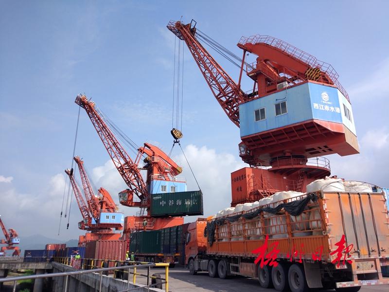 9月6日,在梧州临港经济区赤水码头,起重机正进行集装箱装卸作业.