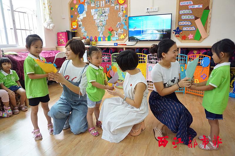 西江都市报讯 9月8日上午,梧州市教工幼儿园的孩子们开展了老师我爱您的主题活动,把美好的祝福送给了幼儿园的老师们。 活动中,小班组和大班组的小朋友充分发挥自己的想象力,用灵巧的小手制作出美丽的花束和别样的祝福卡,伴随着一声声老师,您辛苦了,老师,节日快乐,为老师送上真挚的祝福。中班组的孩子也不甘示弱,用甜美的歌声和精彩的表演表达了他们对老师的爱。幼儿园的老师们在活动中度过了一个幸福的教师节。(林冬梅)  孩子们将自己制作的花束献给老师。林冬梅 摄