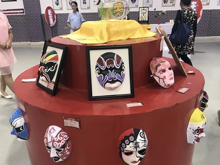"""贺州等西江流域兄弟市的优秀作品展出,分为""""日常生活用品脸谱创意设计"""
