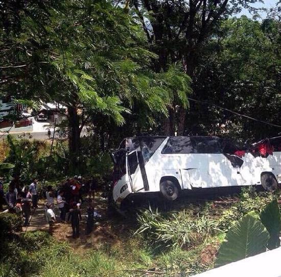 泰国普吉岛旅游客车坠崖