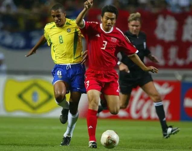 2002年韩日世界杯C组中国队与巴西队的比赛,杨璞突破吉尔伯托.(