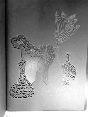 这一组纸雕花瓶在视觉上初具立体效果.